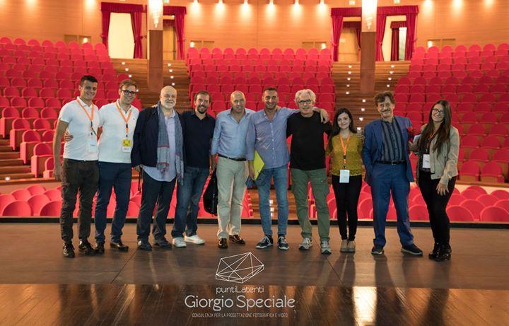 Gli stagisti con il direttore Maifredi e gli attori dietro le quinte de Le parole volano