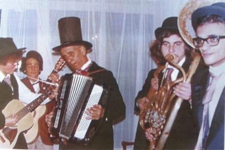 Salvatore Zampino con la sua fisarmonica.