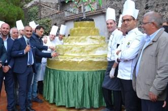 Il taglio della grande torta al pistacchio