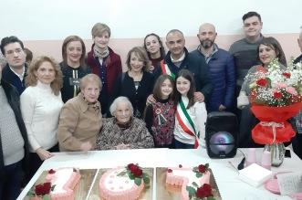 Nonna Lucia con i nipoti ed il sindaco