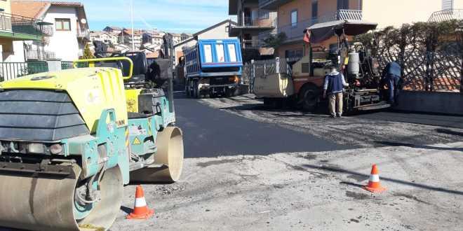 Bronte - asfalto in via Borsellino