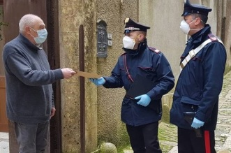 I carabinieri consegnano la pensione